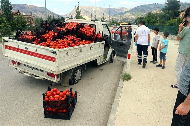 O sırada yoldan geçen sürücü ve yolcular, Aslanlı'nın çaresiz halini görünce araçlardan inerek, yola savrulan domateslerini toplamaya çalışan çiftçiye yardım etti.