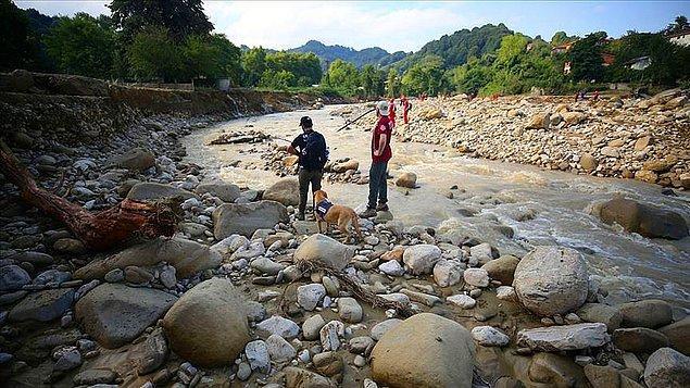 Ekipler, kaybolan Kağan Töngel (3) ile İlayda Sinem Kaplan'ı (7) bulmak için dere yataklarıyla su taşkınlarının olduğu bölgede arama çalışması yürütüyor.