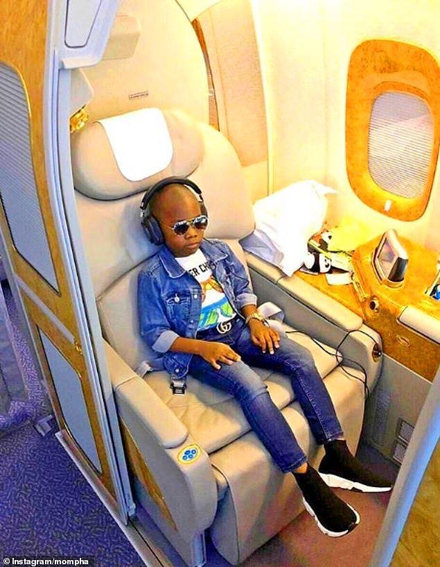 Biraz fazla mı cool? Nijeryalı Muhammed Lawal Mustapha uçuşun tadını çıkarıyor.