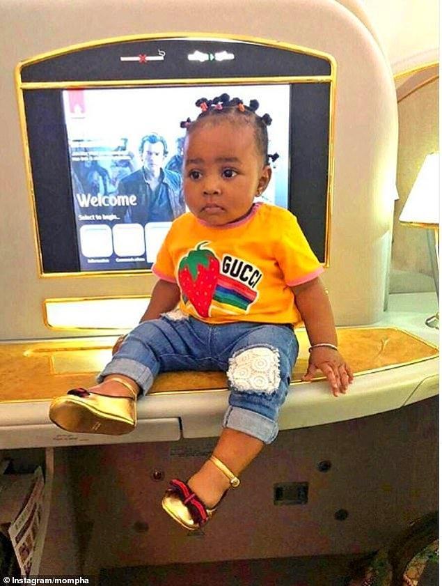 Nijerya sosyetesinden Mompha'nın 1 yaşındaki kızı da birinci sınıf uçuş kabininde: