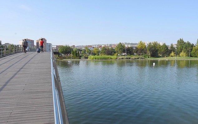 Suni gölet çevresinde oğluyla birlikte bir süre dolaşan Gülşah A., ardından köprünün üstüne çıktı.