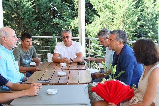 Olay sonrası Arnavutluk'un Turizm Bakanı turistlerle bir araya gelerek onlara çiçek verdi: