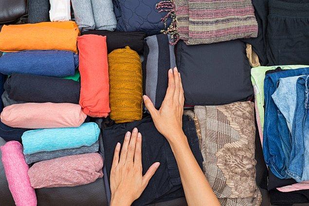 Öncelikle unutmayın ki yeriniz kısıtlı. Hem valizlerin ve çantaların alacağı kadar eşyayı, hem de gittiğiniz yurtta dolabınızın alacağı kadar eşyayı yanınızda götürmelisiniz.