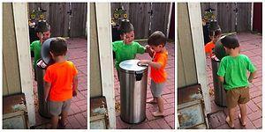 Çöp Kutusunu Oyuncağa Çevirip Birbirlerine Vurarak Eğlenen Çılgın ve Tatlı Ufaklıklar
