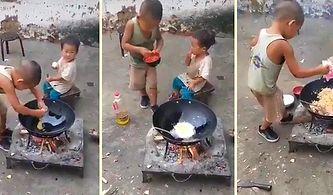 Minik Kardeşi İçin Kendi Elleriyle Yemek Hazırlayan Ufaklık!