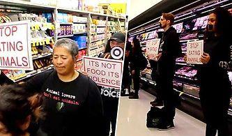 Müşterilerin Et Almaması İçin Reyonun Önünü Kapatan Vegan Aktivistler