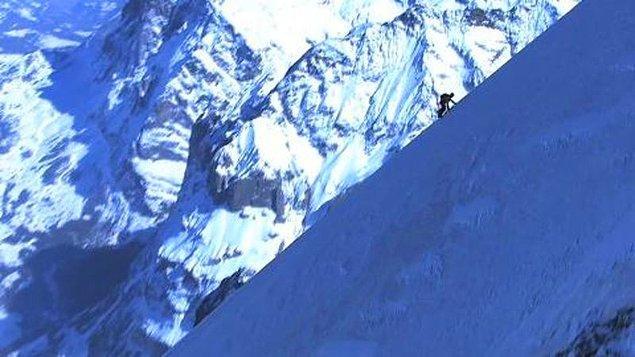6. Dağı yerinden oynatan biri önce küçük taşların yerini değiştirmeyle başlar.