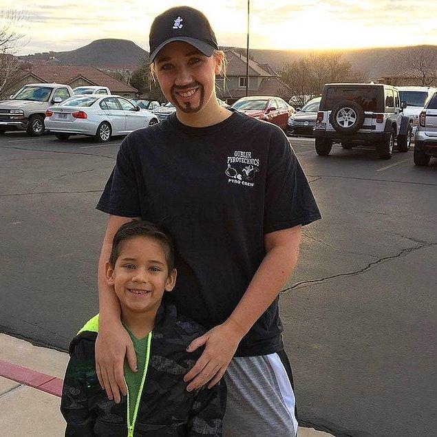 3. Bekar bir anne, oğlunun okulundaki 'Babalar ve Donutlar Günü'nde ona eşlik edebilmek için 'baba' gibi giyinmiş.