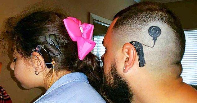 4. Kızının işitme cihazının dövmesini yaptırdı. Böylece artık kızı farklı hissetmiyor.