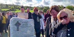 Son Şakası Güldürdü: Cenaze Törenine Katılan Kalabalığa 'Beni Buradan Çıkarın' Diyerek Veda Eden Asker