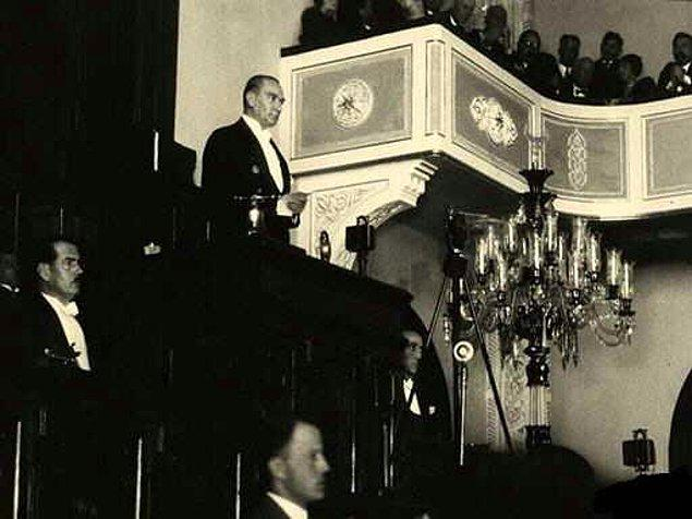"""1927 - Gazi Mustafa Kemal Paşa CHP kurultayında """"Büyük Nutuk""""u okumaya başladı. Nutuk'un okunuşu 6 gün sürdü."""