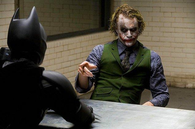 Joker'ın planının suya düşmesi ve üstünlük sağlama çabası, ona Batman'a saldırmaktan başka bir çözüm yolu bırakmamaktadır.