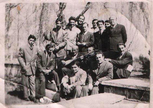 12. Türk halk ozanı Aşık Veysel köy enstitüsü öğrencilerini ziyaret ederken, Sivas, 1941.