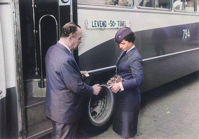 20. Levend-Tünel otobüsünün kadın biletçisi, İstanbul, 1960.