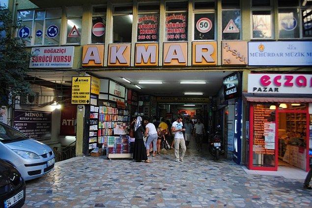 Kadıköy'de bulunan Akmar Pasajı'nı bilir misiniz bilmiyoruz. Kitapların, müzik kasetlerinin ve kıyafetlerin satıldığı bir yer. Bu sıradan pasaja 1999 yılında baskın yapılıyor ve çok sayıda çalışan gözaltına alınıyor.