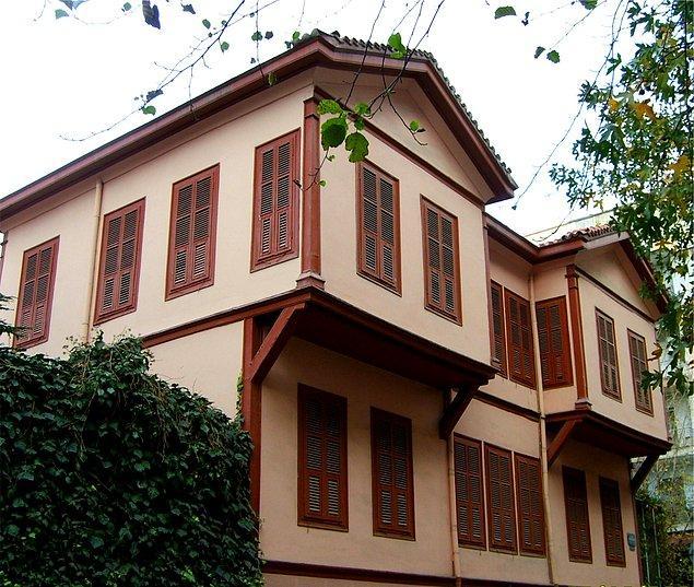 """1933 - Yunanistan Hükümeti Mustafa Kemal Paşa'nın doğduğu eve bir anı levhası koydu. Levhada """"Türk milletinin büyük müceddidi ve Balkan ittihadının müzahiri Gazi Mustafa Kemal bu evde dünyaya gelmiştir."""" yazılı."""