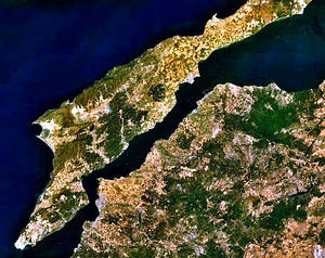 1918 - Çanakkale Boğazı, İngiliz ve Fransızlarca işgal edildi.