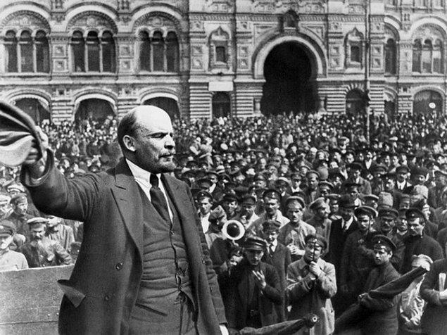 1917 - Ekim Devrimi; Bolşevikler Rusya'da iktidarı ele geçirdiler.