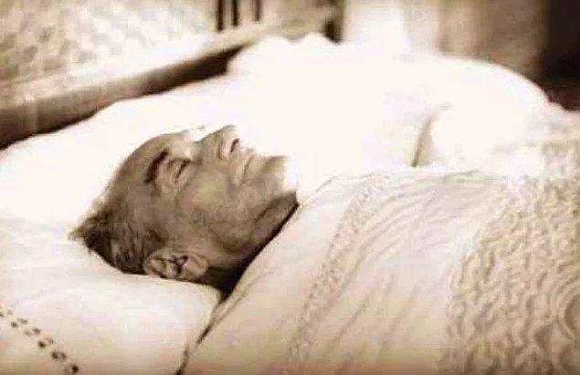 1938 - Atatürk, ikinci kez ağır komaya girdi.