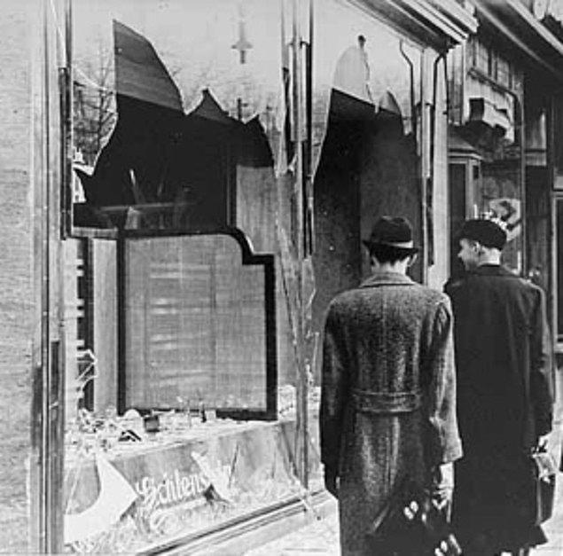 1938 - Kristal Gece: Yahudilere karşı toplu saldırılar başladı. Berlin'de 7 bin Yahudi dükkânı yağmalandı, yüzlerce sinagog ateşe verildi ve çok sayıda Yahudi öldürüldü.