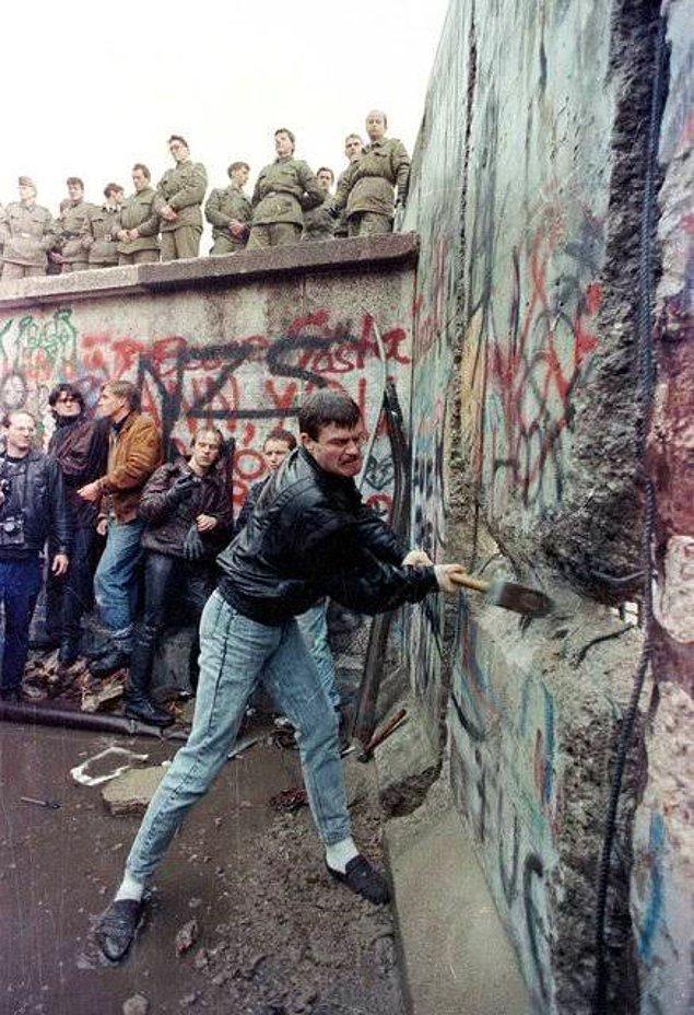 1989 - Doğu Alman Hükümetinin, iki Almanya arasında seyahati serbest bırakması üzerine, binlerce kişi Berlin Duvarı'nı aşarak Batıya geçmeye başladı. 13 Ağustos 1961'de inşa edilen Duvar'ın yıkılmasıyla Soğuk Savaş dönemi sona erdi.