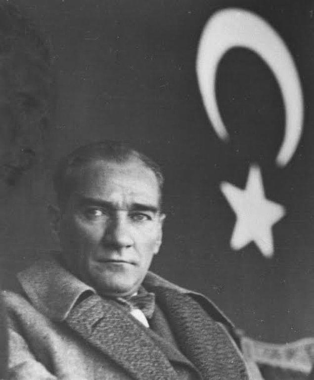 1938 - Kurtuluş Savaşı'nın önderi, Türkiye Cumhuriyeti'nin kurucusu ve ilk cumhurbaşkanı Mustafa Kemal Atatürk, Türkiye saati ile 9.05'te Dolmabahçe Sarayı'nda, 57 yaşındayken hayata gözlerini yumdu. Türkiye'de ulusal yas ilan edildi.
