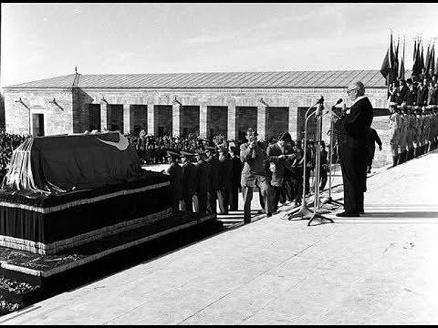 1953 - Atatürk'ün naaşı, Cumhurbaşkanı Celâl Bayar'ın ve halkın katıldığı görkemli törenle Anıtkabir'e nakledildi.