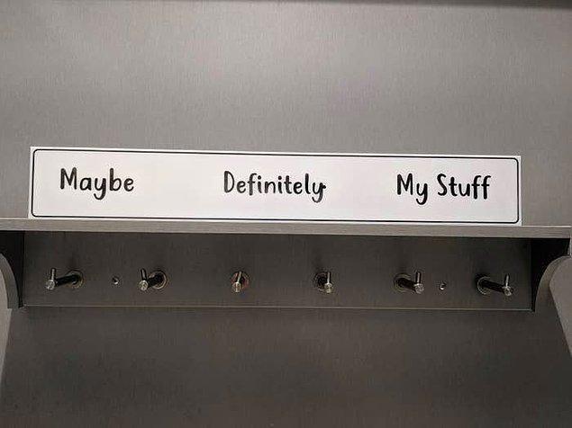 2. Mağazalardaki giyinme kabininde kesinlikle işinize yarayacak askılık etiketleri. 🏷