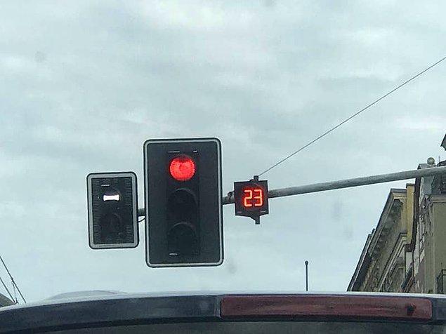 10. Trafik lambalarındaki ışıkların değişmesine ne kadar süre kaldığını gösteren sayaç. 🚦