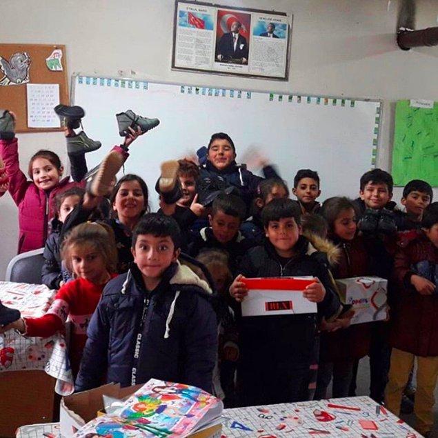 Batman Dağ Yolu İlkokulu ve Muş Mescitli Karaağaç Köyü'ndeki miniklere 'Köy Okulları Yardım Projesi' aracılığıyla yüzlerce bot ve mont gönderdi.
