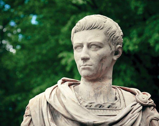 1. Çılgın Roma İmparatoru Caligula bir keresinde denizler tanrısı Poseidon'a savaş açmıştı. Ordusuyla birlikte sahile gidip denize mızrak sallamaya başladılar.