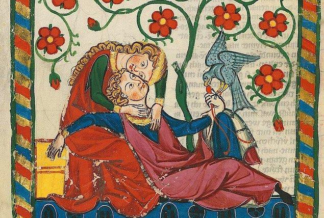 2. Orta Çağ'da Almanya'da evli çiftler yasa gereği anlaşmazlıkları evlilik düellosuyla çözebiliyorlardı. Erkek elleri arkadan bağlı bir şekilde ayakta dikilirken kadın hareket etmekte özgür oluyor ve elinde de bir çanta dolusu taş oluyordu.