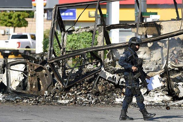 Bu hapis, çete üyeleri ve askerler arasında büyük bir çatışmaya ve sokaklarda kuvvetli silahların terör estirmesine sebep oldu.