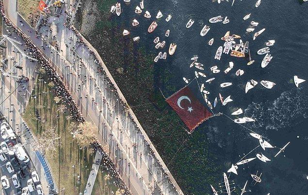 İstanbul Kadıköy'de binlerce kişi bir araya 'Ata'ya Saygı Zinciri' zinciri oluşturdu.