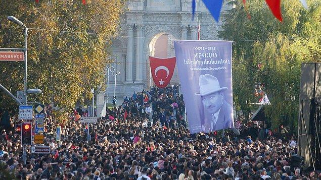Dolmabahçe Sarayı'nın önünde toplanan binlerce vatandaş saat 09.05'te saygı duruşunda bulundu.