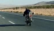 Konya'da Tehlikeli Yolculuk: Kasksız Sürücü Motosikletin Üzerine Yüzüstü Yattı!