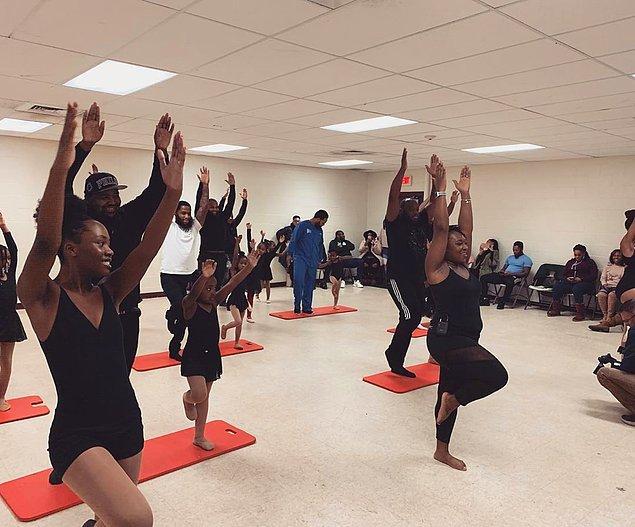 """""""Afro-Amerikan bir dans okuluyuz. Öğrencilerin babalarına yönelik, 'Bunların dövmesi var, şapkalarını ters takıyorlar. İyi baba olamazlar' gibi önyargılar hakim toplumda"""" diyen Lee, bu önyargıları yıkmak için babaları dans pistine çektiğini anlattı."""