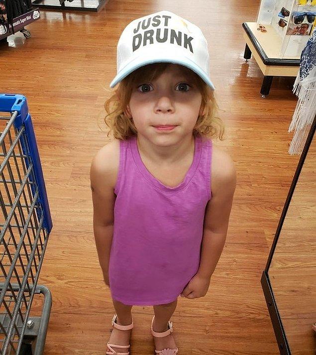 """2. """"Kızımı alışverişe götürdüm. Bu şapkayı almak istedi. Sadece fotoğraf çekmekte uzlaştık!"""""""