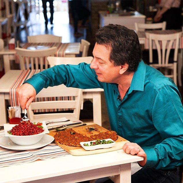 Vedat Milor'u bilirsiniz. Yemek yerken insanın canını çektiren, gastronomi konusunda deniz derya ve ileri seviyede de beyefendi bir insandır.