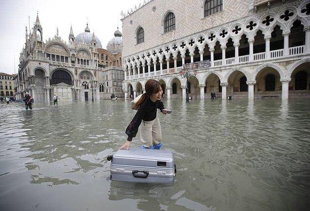 13. Turistler valizlerini sürüklemek yerine, suyun üzerinde yüzdürerek taşıdı...