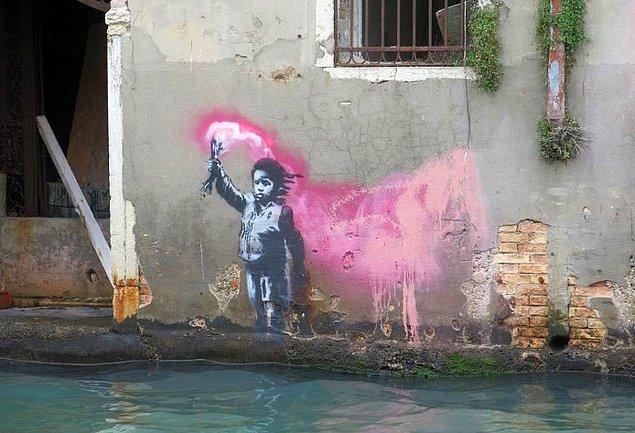 15. Ve son olarak, can yeleği giyen ve pembe işaret fişeği tutan göçmen çocuğun resmedildiği Bansky eseri de, sular karşısında tehdit altında kaldı.