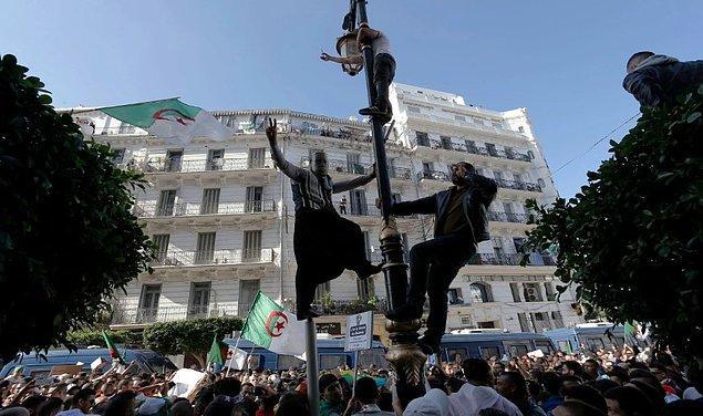 Protestolarda Aralık'ta gerçekleşecek başkanlık seçimleri, Cezayir'deki egemen sınıfın yolsuzluğu ve şeffaf olmamaları eleştiriliyor.