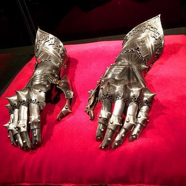 11. 16. yüzyılda kullanılan 'zırhlı' bir eldiven. 🤔