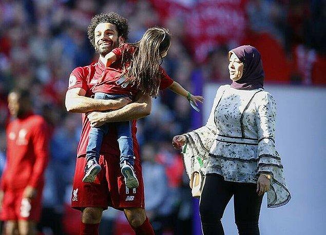 Ancak bu güzel aile, kameralar karşısına geçmekten pek hoşlanmıyor. Hatta onları ilk görüşümüz 2017/2018 sezonu sonunda Salah'ın Altın Ayakkabı ödülünü kazanmasıyla oldu.
