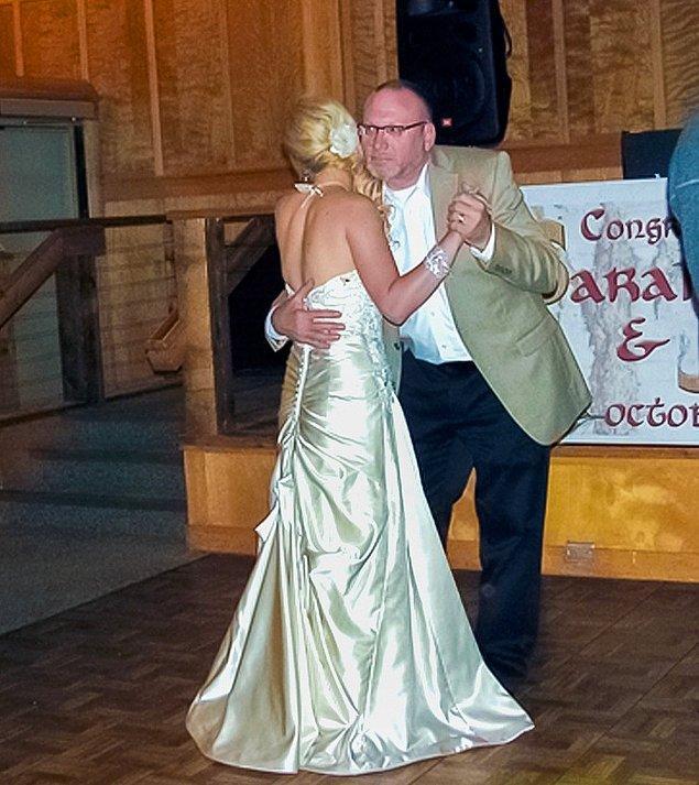 """8. """"Amcam son dansını yapmak istemişti. İkimiz de ağlıyorduk. Kendisi hasta, yakında dengesini ve gücünü kaybedecek. Bu fotoğraf 5 yıl önceydi."""""""
