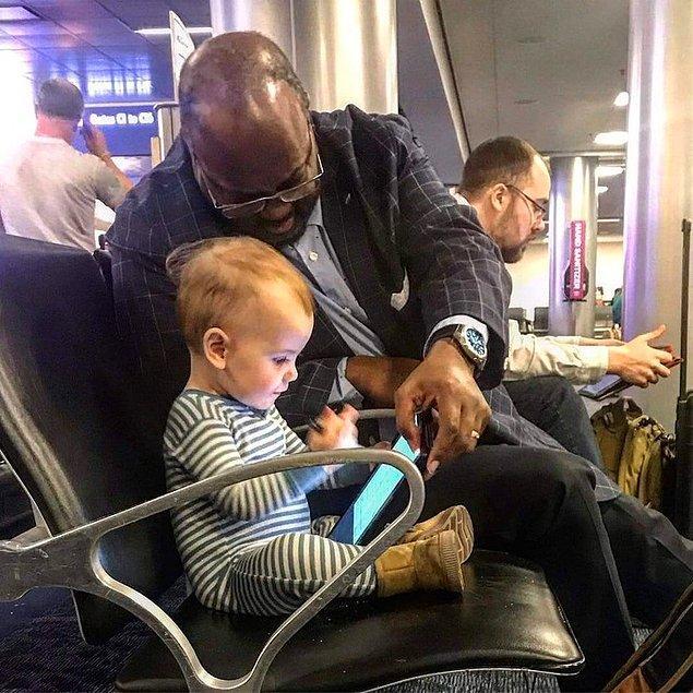 """10. """"Uçağımıza binmeyi beklerken, kızım herkese yaklaşıyor ve selam veriyordu. Bu adam yanında oturmak isteyip istemediğini sordu. Tabletini çıkardı, birlikte çizgi film izlediler ve kızım ona atıştırmalıklar teklif etti. Bu 45 dakika sürdü. """""""