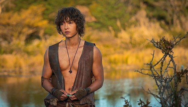 Mesela kendisi gibi yaş almayan bir diğer insan Güney Koreli aktör Song Joong Ki'dir, bakınız bu adam gelmiş 34 yaşına ama hala lise öğrencisinden hallice. Gerçi Korelilerin çoğu böyle görünüyor ama Song Joong Ki bir başka. Neyse…
