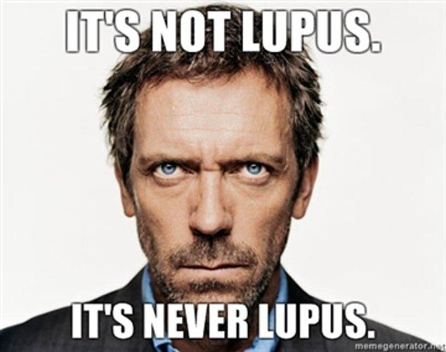 Bazen yanıla da biliyor ama zaman içinde bunu da çözüyor. Hatta defalarca 'Lupus' hastalığı üzerine gitmesi ve bir türlü gerçek bir lupusla karşılaşmamış olmasıyla da epey dalga geçiliyor.