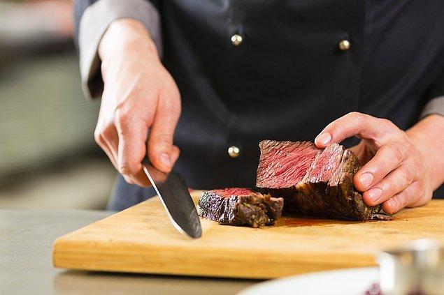 8. Aynı kesme tahtasında hem çiğ eti hem de sebzeyi kesmeyin.