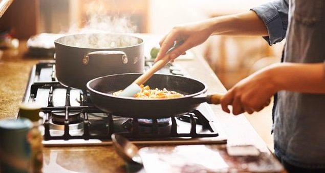 9. Pişirme süresini azaltmak için ocağın ısısını yükseltmek, içi kanlı olarak kalan ve dışı yanmış bir ete sebep olur.